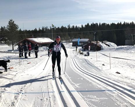 Emma Eriksson korsar mållinjen. FOTO: Tomas Bredberg.