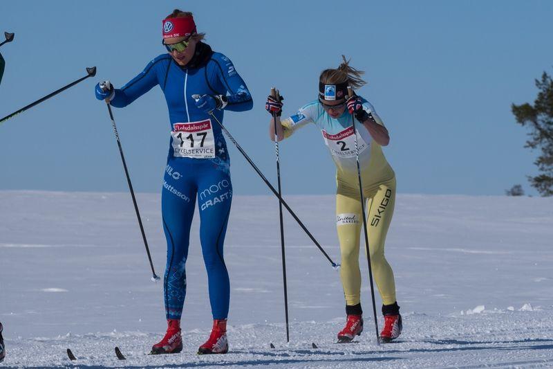 Stina Nilsson precis före Astrid Öyre Slind över fjället under Pilgrimsloppet. I mål vann Stina  spurten två sekunder före Astrid. FOTO: Ulf Åkerlind.