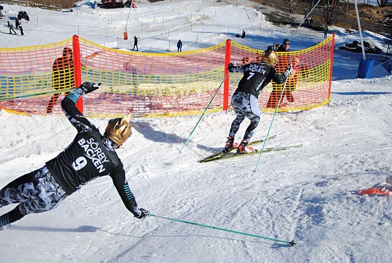 Bob Impola (nr 7) i full fart före Sebastian Torstensson (nr 9) i Sörbybacken Skicross i Örebro på annandag påsk. FOTO: filiplopez02.