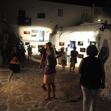 Fotografiene henger ute under den varme middelhavshimmelen på Antiparos International Photo Festival. Hver natt i festivaluken tas bildene ned og henges opp igjen neste kveld.