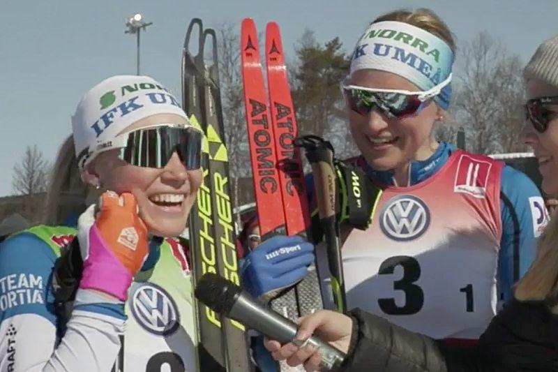 Stora guldleenden från Jonna Sundling och Linn Sömskar efter segern på SM-teamsprinten. FOTO: Från arrangörens webbsändning.