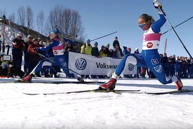 Jonna Sundling slog Linn Svahn, närmast i bild, med en hårsmån vid finalen av Supersprinten i Ramundberget. FOTO: Från arrangörens webbsändning.