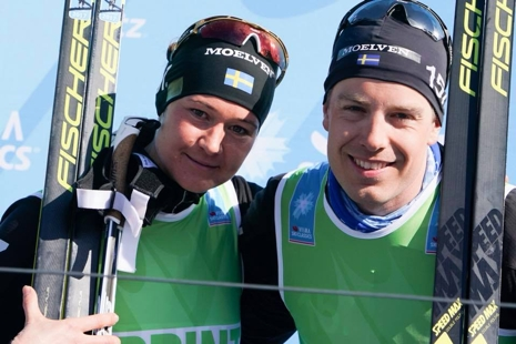 Totalvinnaren Britta Johansson Norgren tog också hem sprintvästen och bergsprisväsgten. Här med teamkompisen Anton Karlsson som var suverän vinnare av sprintvästen på herrsidan. FOTO: Magnus Östh.