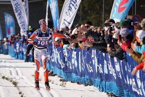 Iivo Niskanen tackar publiken på upploppet i Levi. FOTO: Magnus Östh.