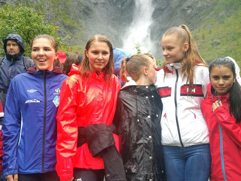 Jenter foran Mardalsfossen