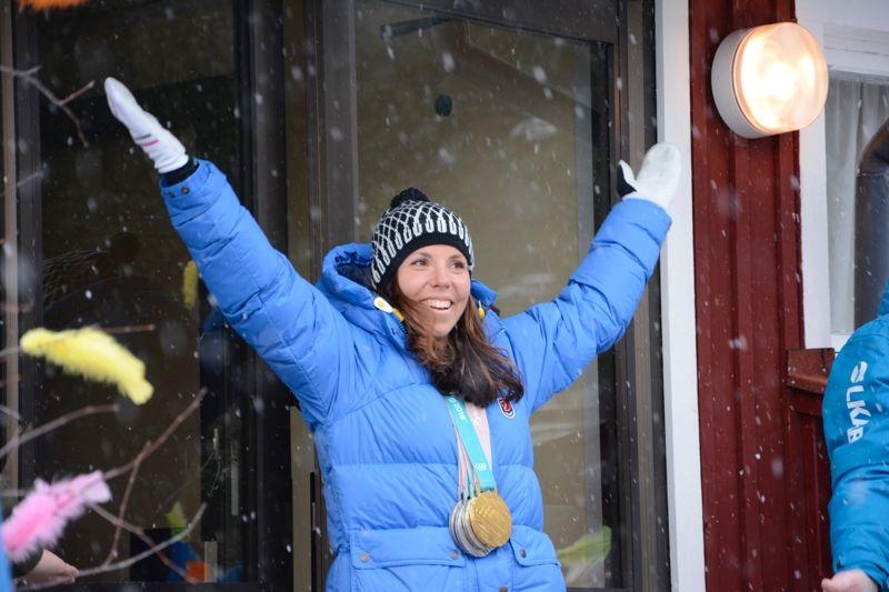 Charlotte Kalla har tillsammans Pajala kommun upprättat en stiftelse till förmån för unga lovande idrottsutövare. Bilden från när Charlotte hyllades av kommunen i påskas.