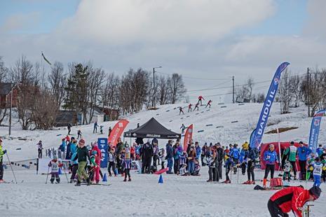 Full aktivitet på Matojärvi skidstadion i Kiruna. FOTO: Magnus Hörnström.