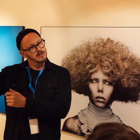 Pål Laukli har i mange år samarbeidet med artisten og modellen Maya Vik. Her forteller han hvordan han jobber under gallerirunden på Nordic Light, som akkurat nå er i gang i Kristiansund.