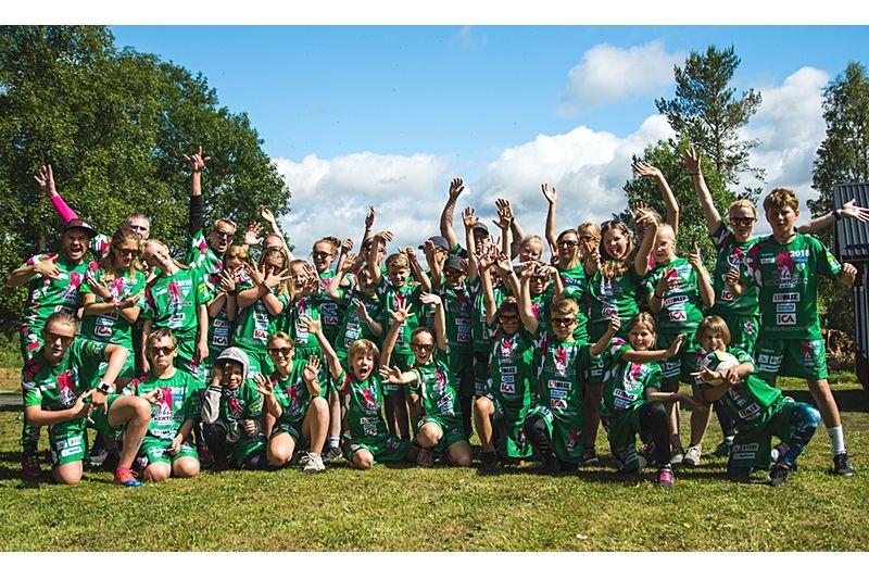 Glada ungdomar på årets Sockertoppen-läger som är rekordstort. FOTO: T-W Media.