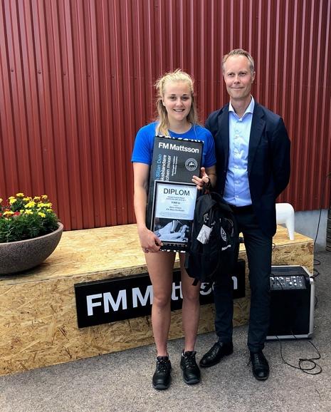 Stina Nilsson mottar FM Mattsson-stipendiet av Fredrik Skarp, VD på FM Mattsson Mora Group AB. FOTO: IFK Mora SK.