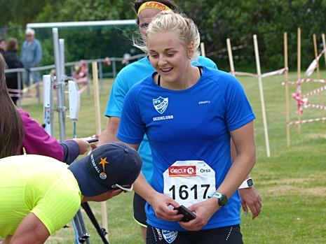 Stina Nilsson konstaterar att hon sprang i mål precis bakom en stelbent Karl-Johan Dyvik. FOTO: Johan Trygg/Längd.se.
