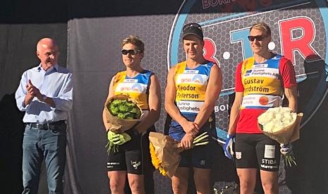 Herrpallen med tvåan Erik Silfver, ettan Teodor Peterson och trean Gustav Nordström och prisutdelare Svennis. FOTO: Tomas Bredberg.