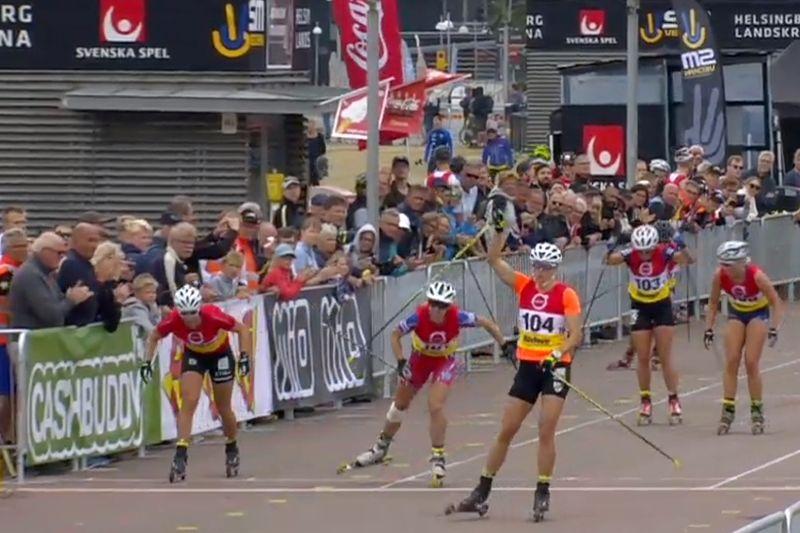 Linn Sömskar före Moa Hansson och Maria Nordström vid SM-sprinten på rullskidor i Helsingborg. FOTO: Från SVT:s sändning.