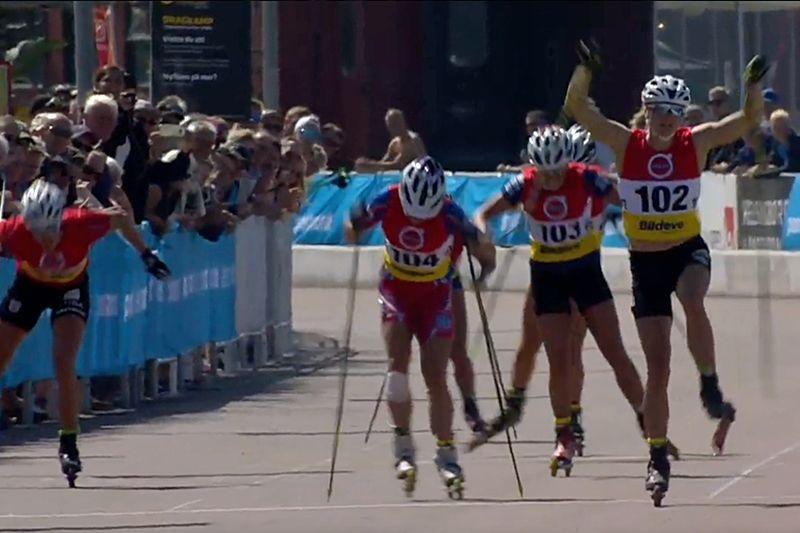 Linn Sömskar tog guldet på SM 15 kilometer rullskidor närmast före Moa Hansson (104) och Sandra Olsson (103). FOTO: Från SVT:s sändning.