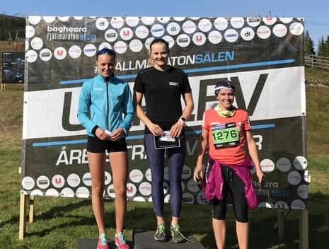 Stina på pallen i fjol med tvåan Louise Lindström och trean Karin Holmberg. FOTO: Bagheera Fjällmaraton Sälen.