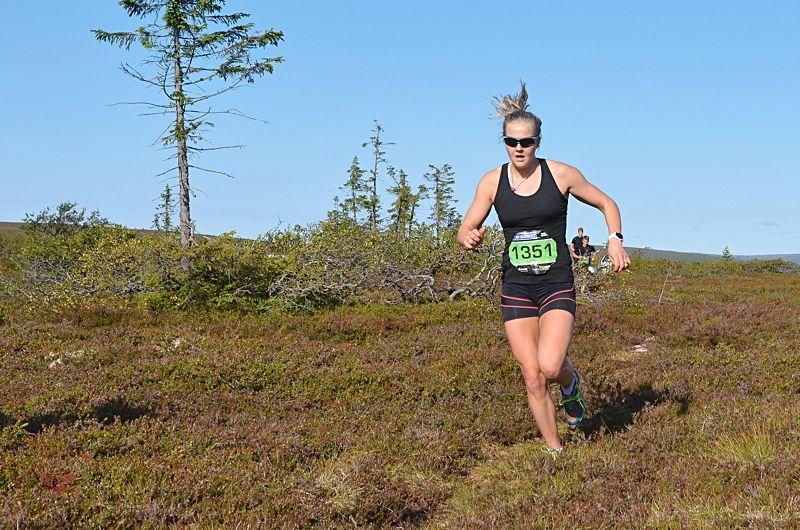 Stina Nilsson på väg mot seger på Bagheera Fjällmaraton Sälens 10-kilometerbana i fjol. Stina kommer tillbaka för att försvara segern 25 augusti. FOTO: Bagheera Fjällmaraton Sälen.
