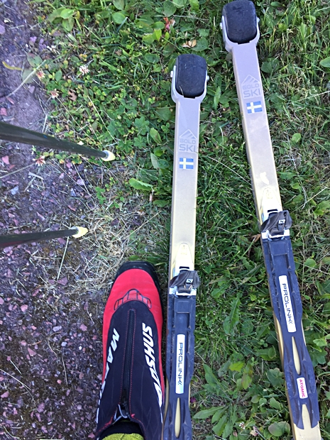 Det finns stänkskärmar till skidan men på testparet åkte vi utan. De behövdes ju inte under den här sommaren. FOTO: Längd.se