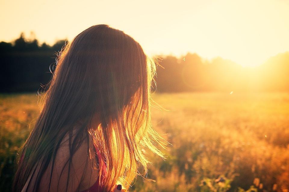 Jente blomstereng sommer kveld ensom alene hjelp Pixabay.jpg