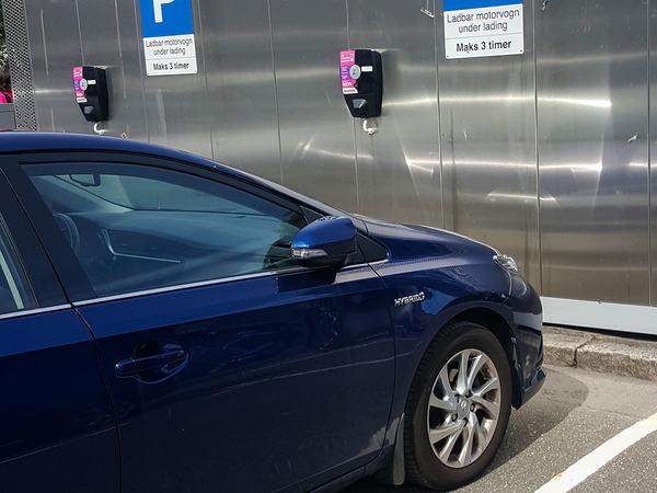 Bil som lader strøm