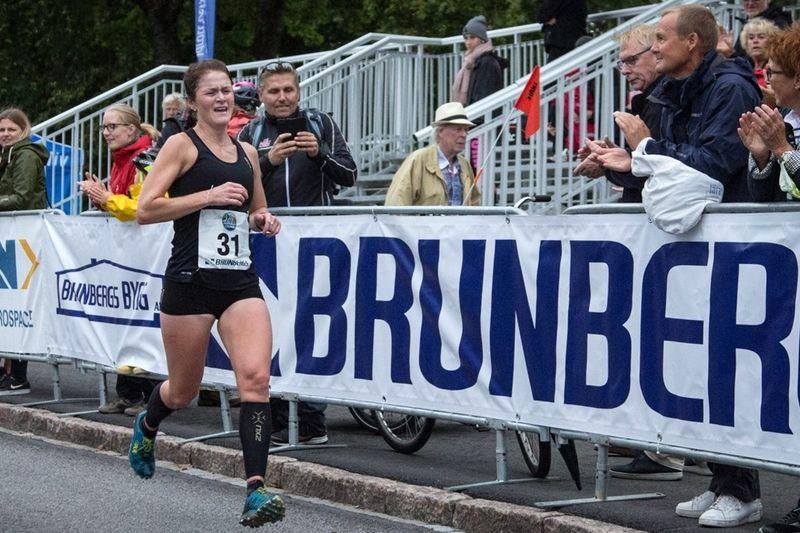 Helene Söderlund spurtade in som stark tvåa på Trollhättan City Trail. FOTO: Alliansloppet Action Week.
