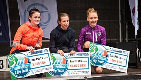 Helene Söderlund till vänster med vinnaren Karin Nilsson i mitten och trean Tova Eurén Magnusson. FOTO: Alliansloppet Action Week.
