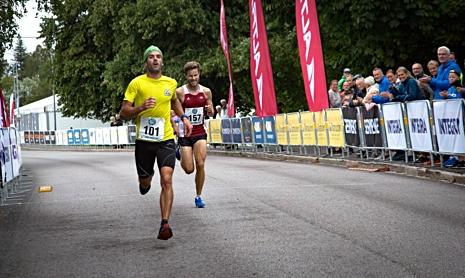 Franske längdåkaren Adrien Moguel spurtade in som stark tvåa på Trollhättan City Trail. FOTO: Alliansloppet Action Week.