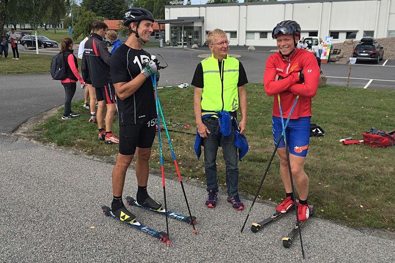 Höstrullens tävlingsledaren Toivo Pentonen tillsammans med segraren Marcus Johansson, till vänster och tvåan Alfred Buskqvist. FOTO: Hestra IF.