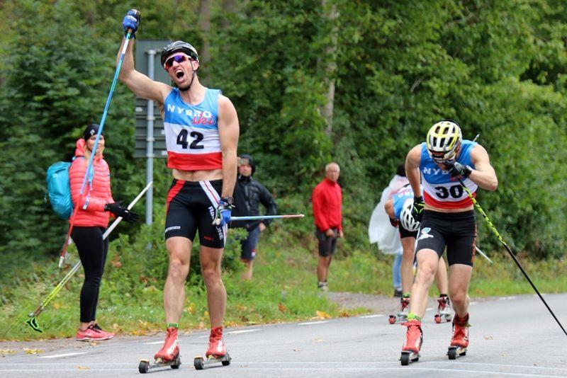 Johan Kanto tog spurten precis före Markus Jönsson vid Nybrorullen förra året. I år har tävlingarna i Nybro 1-2 september SM-status. FOTO: Nybro Ski.