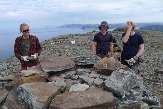 Asbjørn, Elias og Trevor under bygging av varden på Fuglen