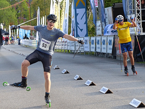 Så här glad blev Emil Hagström när han finalvann över Leo Johansson. FOTO: Johan Trygg/Längd.se.