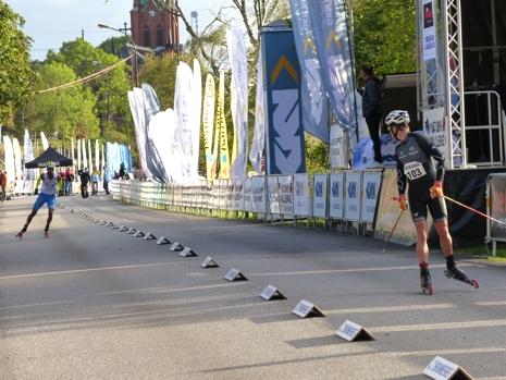 Vart tog du vägen undrar Jostein Olafsen när han vänder sig om mot Emanuel Becchis som föll i finalen. FOTO: Johan Trygg/Längd.se.