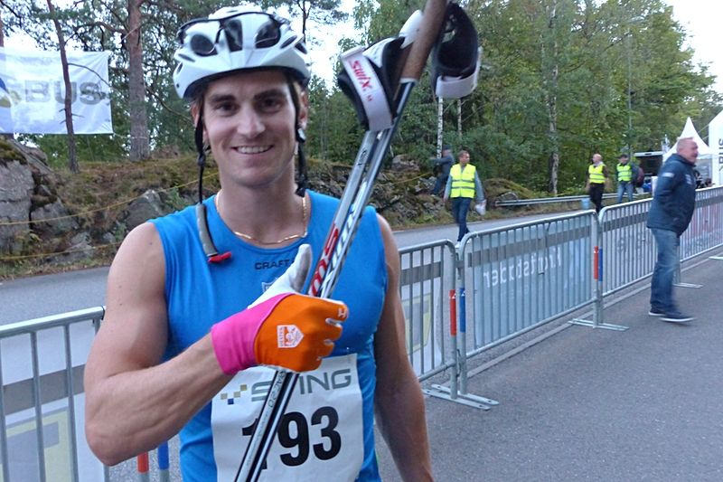 Victor Gustafsson gick för seger men var ändå en glad tvåa på Sting Hill Race. FOTO: Johan Trygg/Längd.se.
