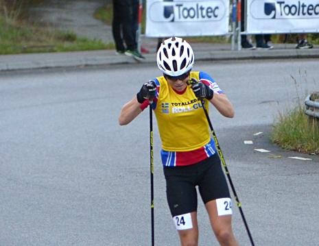 Moa Hansson på väg mot seger i damjuniorklassen. FOTO: Johan Trygg/Längd.se.