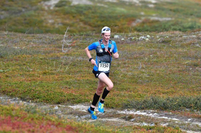 Simon Andersson på väg mot seger i 28-kilometersklassen på Idre Fjällmaraton. FOTO: Nisse Schmidt.