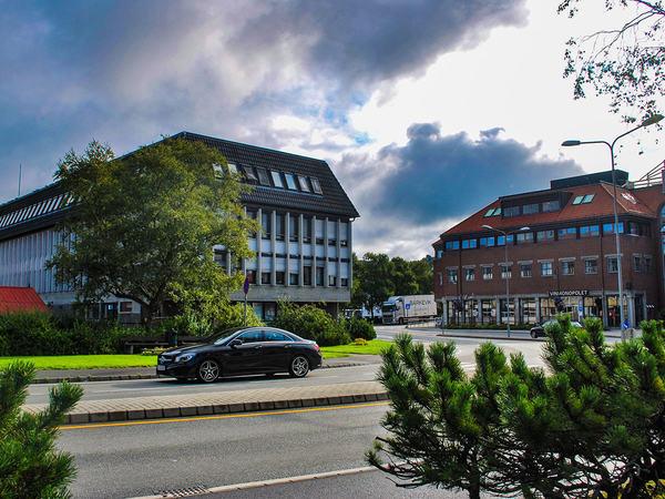 Rådhuset i Egersund med teknisk avdeling i bakgrunnen