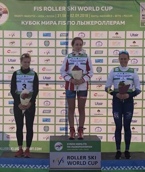 Hanna Abrahamsson på pallen som trea. FOTO: Svenska skidförbundet.