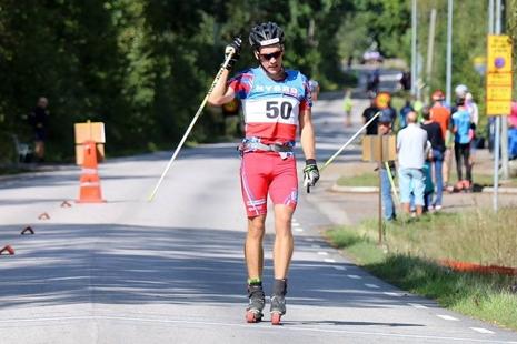 Tom Fahlén tog två SM-guld i Nybro under helgen. Här går han i mål som klar segrare i distansloppet. FOTO:Sport Images Sweden.