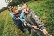 Bilde av ivrige barn som trekker tau