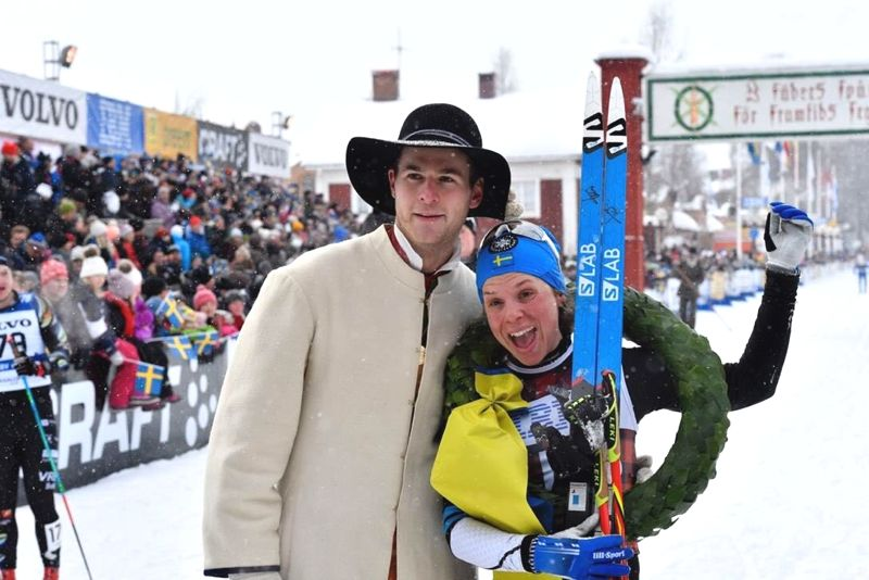 Lina Korsgren direkt efter segern i Vasaloppet i vintras tillsammans med kransmasen Joakim Kullberg. Nu bildar Lina ett nytt team - Team Ramudden.