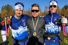 Martin Bergström vann Team Esplanad-loppet. Här flankeras han av Klas Nilsson, t.v, och Niklas Henriksson som delade andraplatsen. FOTO: Arrangören.