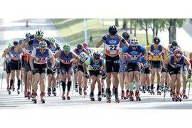 Västsvenska rullskidcupen lockar många vassa rullskidåkare. Här ser vi totalledaren i H 21 inför sista deltävlingen, Marcus Johansson med nummer 22, i mitten. FOTO: Västsvenska rullskidcupen.