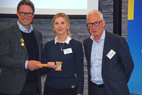 Mats Årjes lämnar över ordförandeklubban till Karin Mattsson. Till höger Carl Eric Stålberg. FOTO: Svenska skidförbundet.