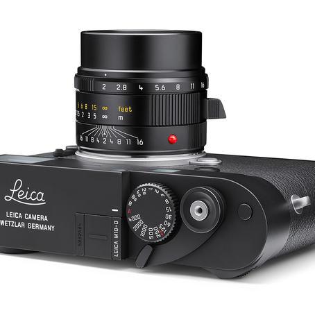 Leica M10-D har analog søker, men ingen skjerm. Der skjermen pleier å være, har du eksponeringskompensasjonen.