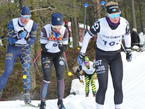 Elin Mohlin passerade Lina Korsgren och knep andraplatsen på Grönklittspremiären. FOTO: Johan Trygg/Längd.se.