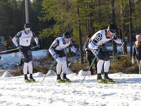Emil drar före lagkompisarna Andreas Holmberg och Anton Karlsson vid Grönklittspremiären i söndags. FOTO: Johan Trygg/Längd.se.