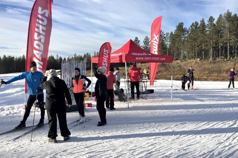 Orsa Grönklitt har haft en lyckad första vecka med längdspår. Rekordmånga har snurrat på det 1,7 kilometer långa spåret. Under lördagen kunde man testa produkter från Madshus och Swix. FOTO: Johan Trygg/Längd.se.