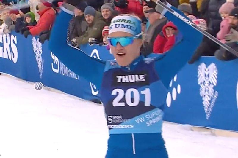 Linn Svahn imponerade på Supersprinten i Östersund och vann före världens snabbaste, norskan Marthe Nordlunde. FOTO: Från SVT:s sändning.