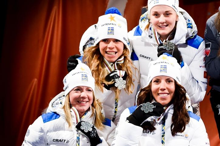 Maria tillsammans med Sofia Bleckur, Stina Nilsson och Charlotte Kalla efter VM-silvret i stafett i Falun 2015. FOTO: Nils Jakobsson/Bildbyrån.