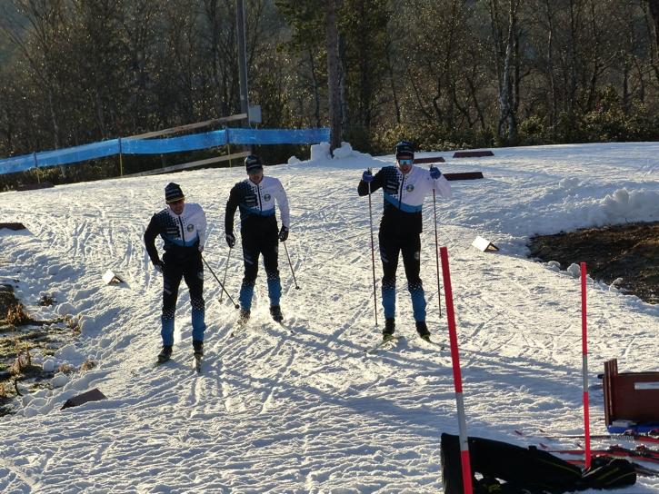 Det var fint väder under torsdagen när åkarna testade spår och valla. Men någon snö vid sidan av spåren finns inte. Här ser vi en trio Östersunds SK-åkare i farten. FOTO: Johan Trygg/Längd.se.