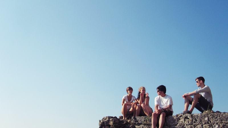 Ungdommer ute på ei fjellhylle